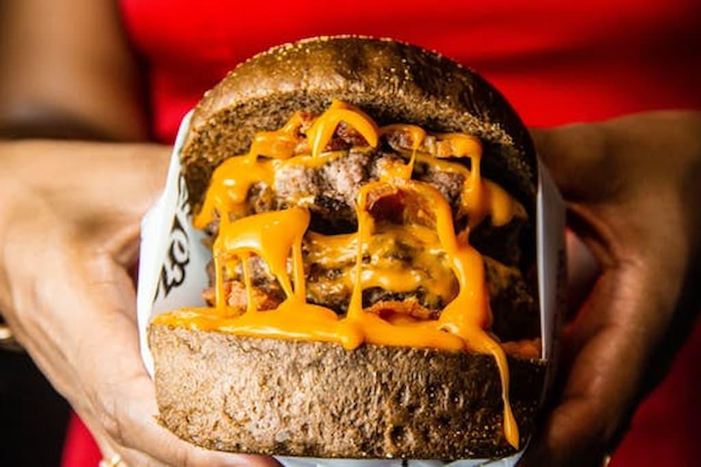 La cuisine maison pour en finir avec la malbouffe : burger bien gras